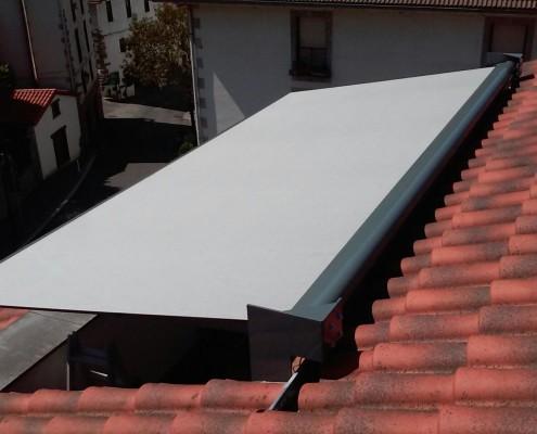 Instalación de un toldo en una terraza particular