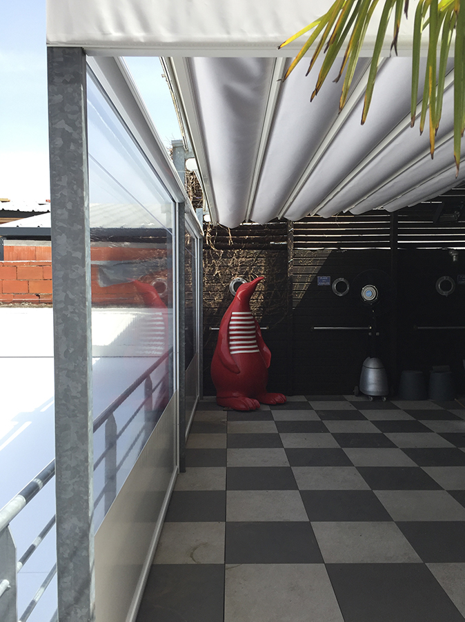 Instalación de dos pérgolas y toldos verticales en un restaurante de Burdeos, Francia
