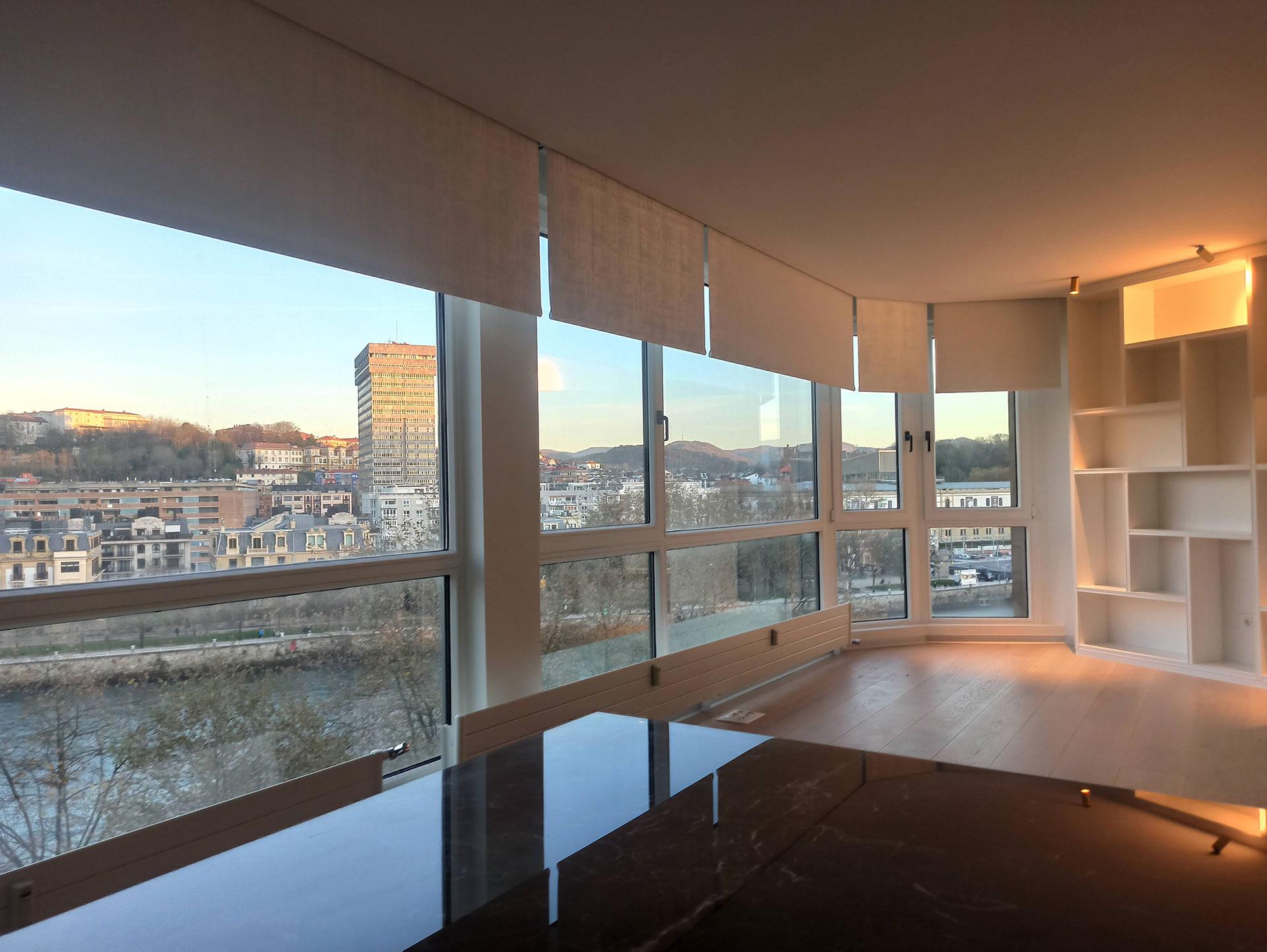 Instalación de estores en oficina de San Sebastián con vistas al río