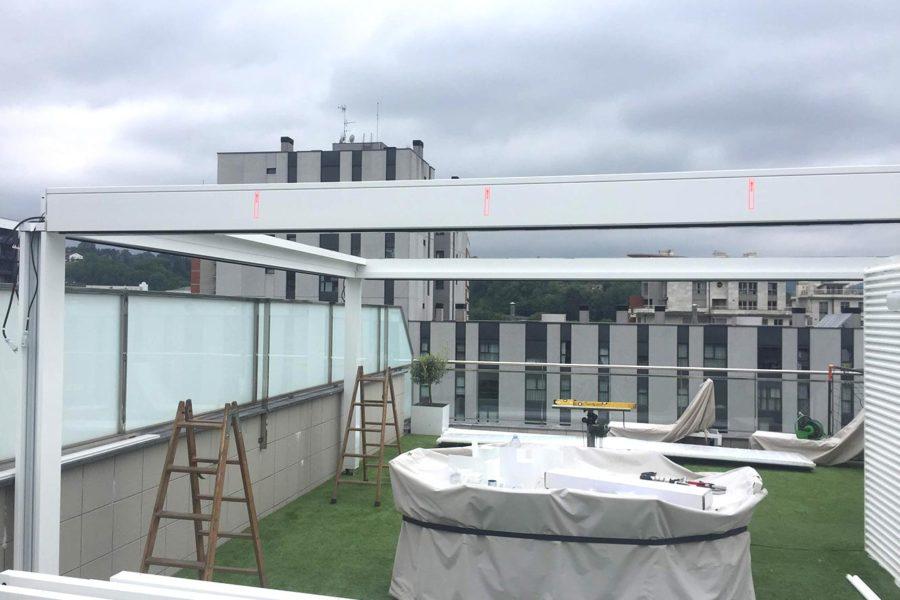 Instalación de pérgola Nomo en una terraza particular de Donostia-San Sebastián, Gipuzkoa