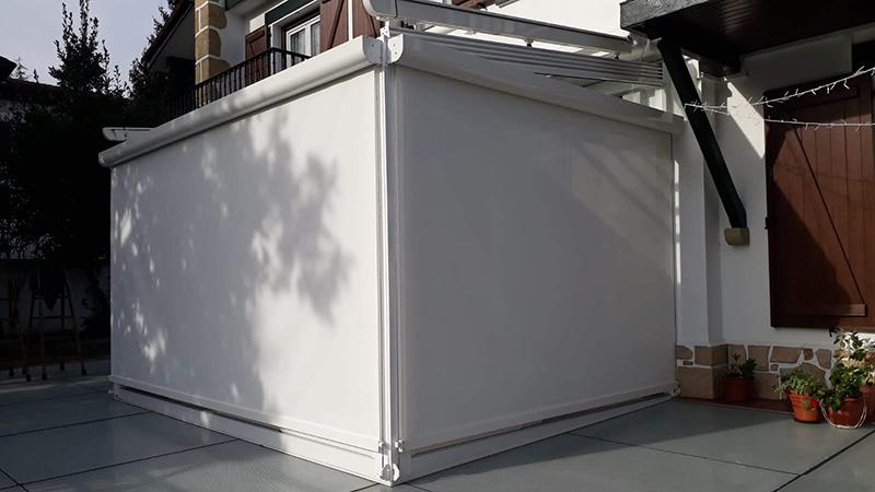Instalación de pérgola de cristal con toldo en el techo y en las verticales motorizado con Somfy en Vera de Bidasoa